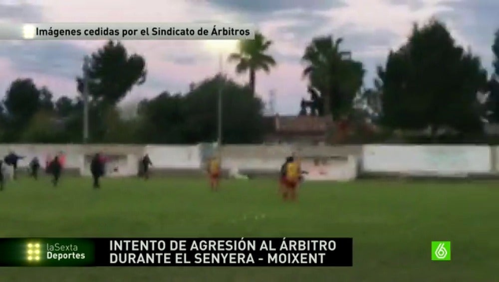 Frame 10.394499 de: Jugadores y aficionados del Senyera aseguran que el arbitro que huyó mintió en el acta