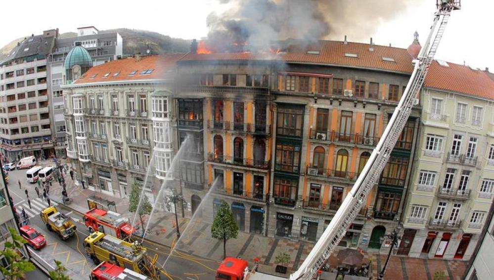 El edificio incendiado en Oviedo se derrumba con un bombero dentro