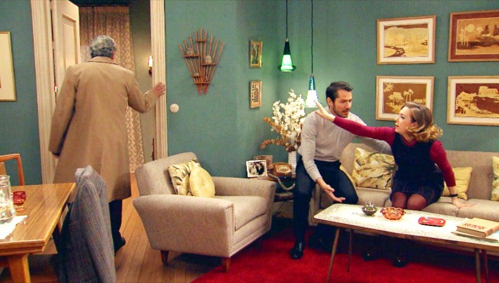 El comisario a punto de descubrir al exiliado comunista en casa de Miguel y Leonor
