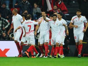 Los jugadores del Sevilla celebran el gol de 'Kolo' en San Mamés