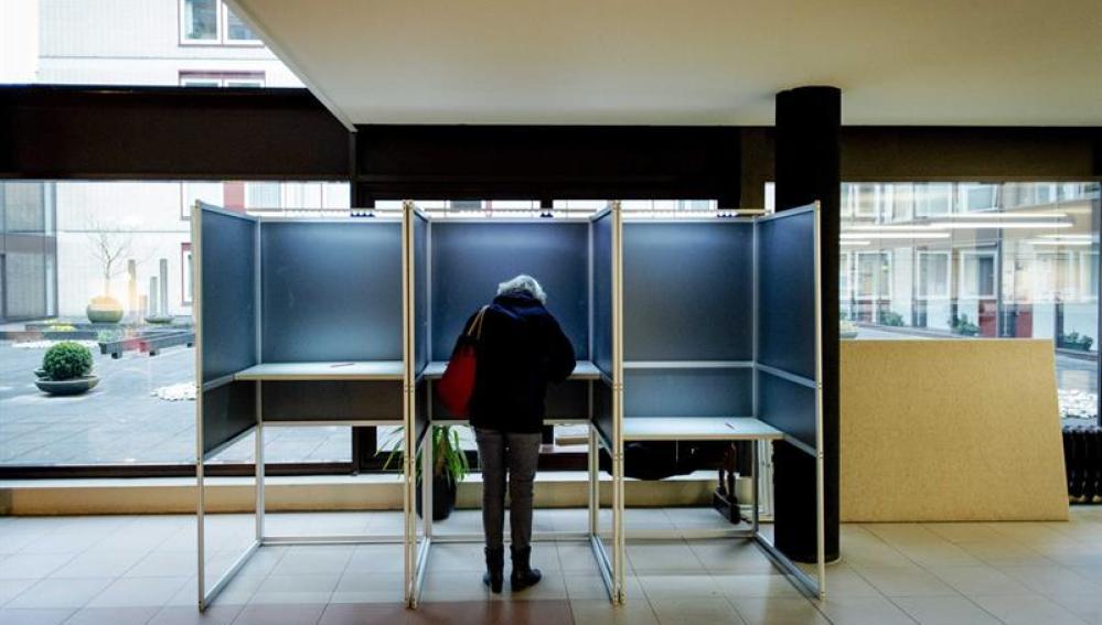 Una mujer vota durante el referéndum sobre la asociación entre la Unión Europea y Ucrania