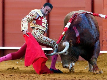El diestro Enrique Ponce en la faena con la muleta a su primer toro