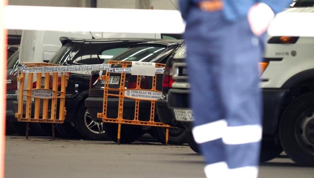 Imagen del vehiculo,precintado por la policía, donde estaba el cadáver