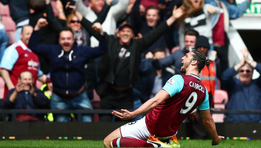 Carroll celebra un gol con el West Ham