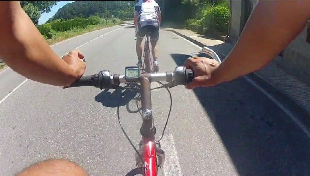 Un grupo de ciclistas se graba saliendo a la carretera para denunciar la inseguridad frente a los coches