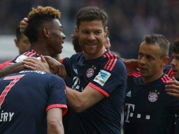 Los jugadores del Bayern de Múnich celebran el gol de Alaba