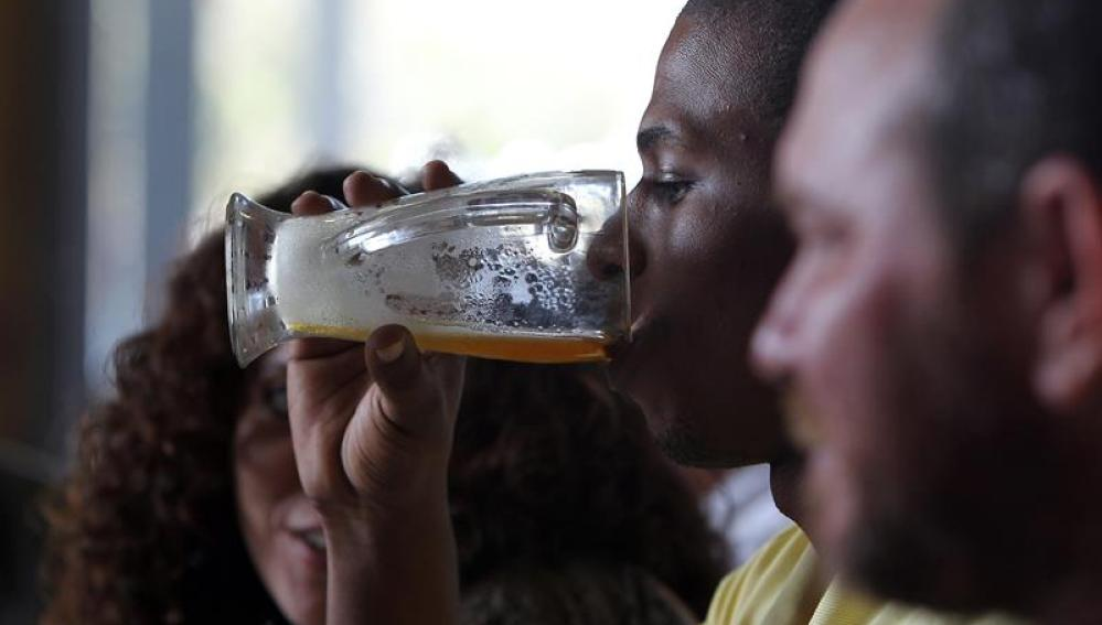 Un hombre bebe una cerveza en La Habana, Cuba