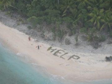 Los náufragos escriben la palabra 'help'