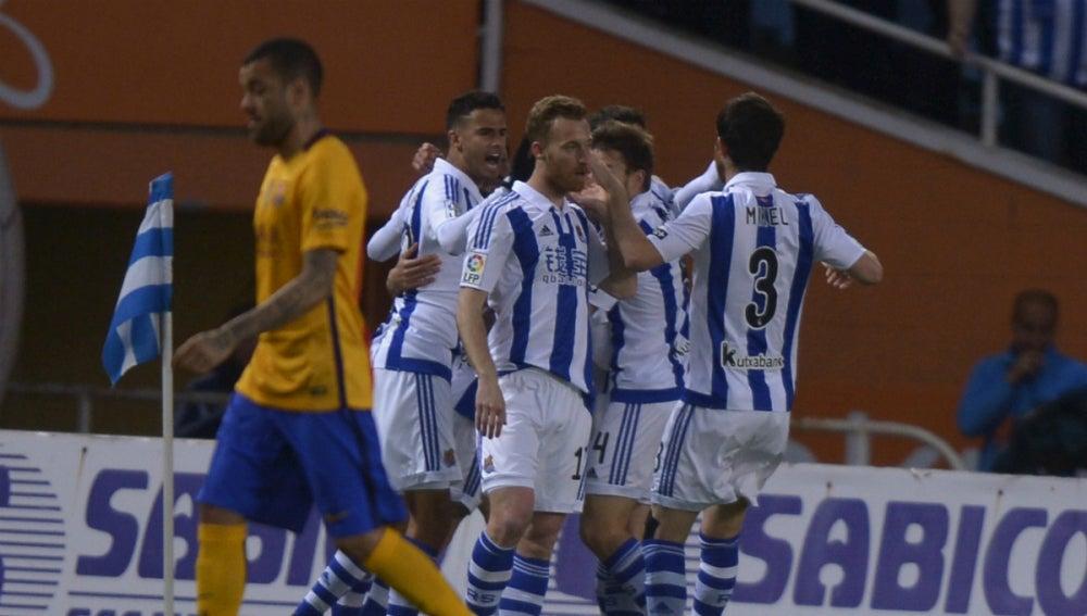 Los jugadores de la Real Sociedad celebran el gol de Oyarzabal contra el Barcelona