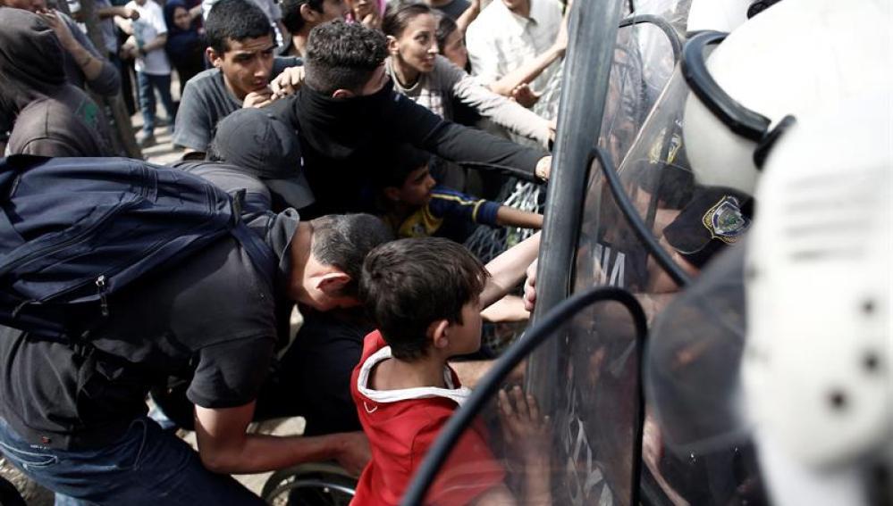 La guardia fronteriza macedonia reprime con gases un intento masivo de cruzar frontera desde Grecia