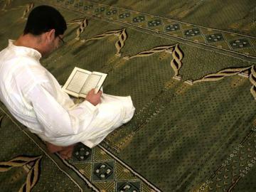 Un hombre reza en el Centro Cultural Islámico de Madrid (conocido como mezquita de la M-30)