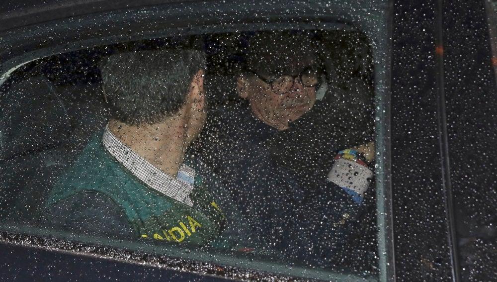 Mario Conde abandona su domicilio detenido