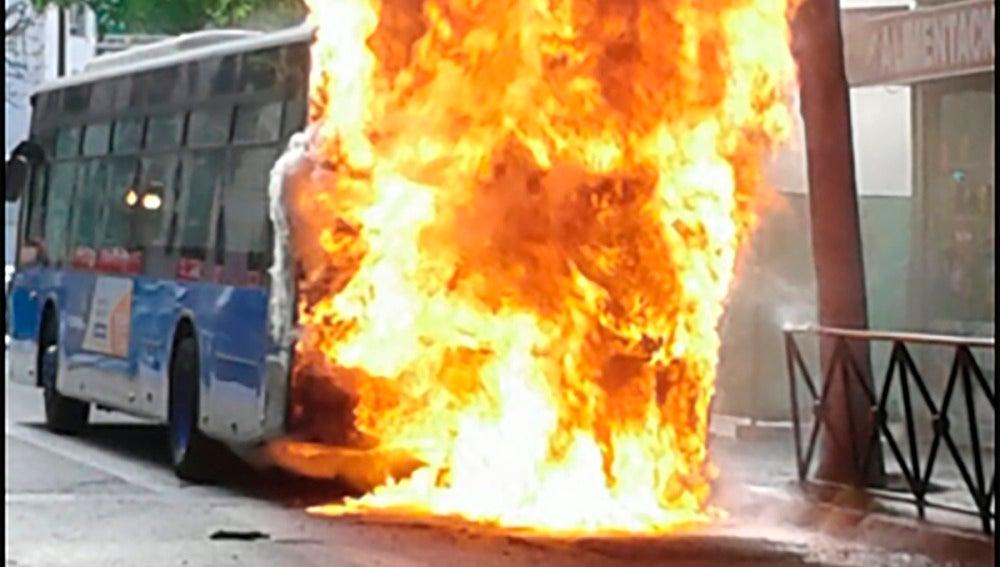 El autobús de la EMT incendiado