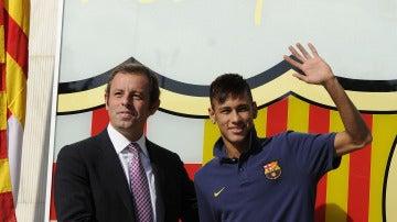 Neymar posa con Rosell tras firmar el contrato con el Barcelona
