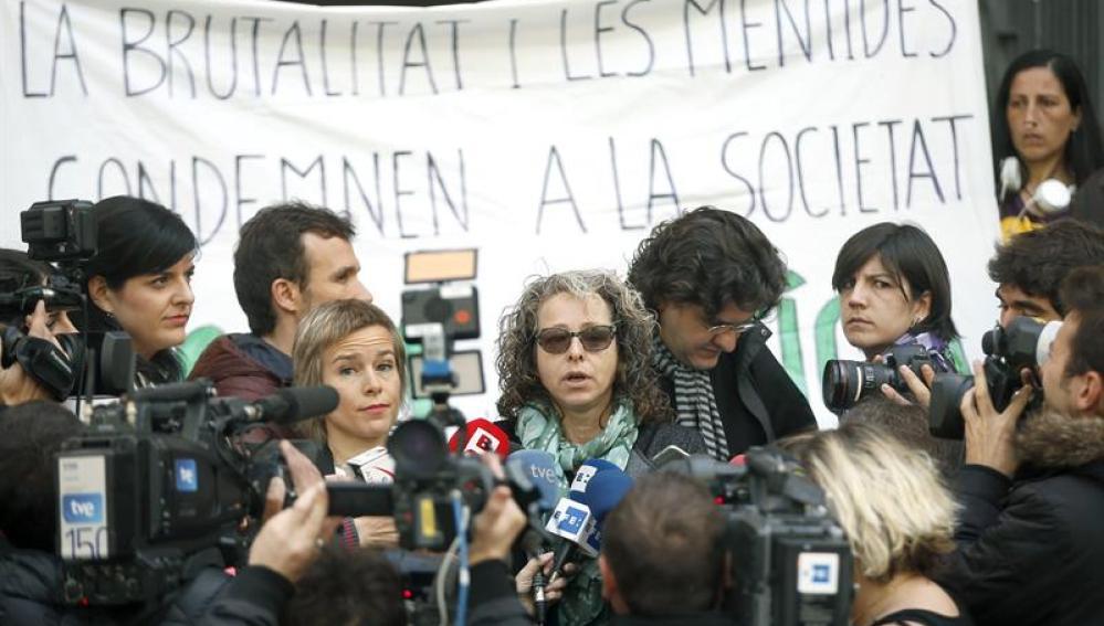 Ester Quintana (c), la manifestante que perdió el ojo por una pelota de goma disparada por los mossos