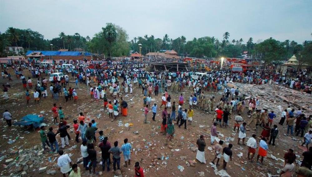Una multitud se agolpa alrededor del templo