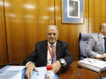 El exconsejero de Hacienda Ángel Ojeda junto al presidente de la comisión y diputado por Ciudadanos, Julio Díaz