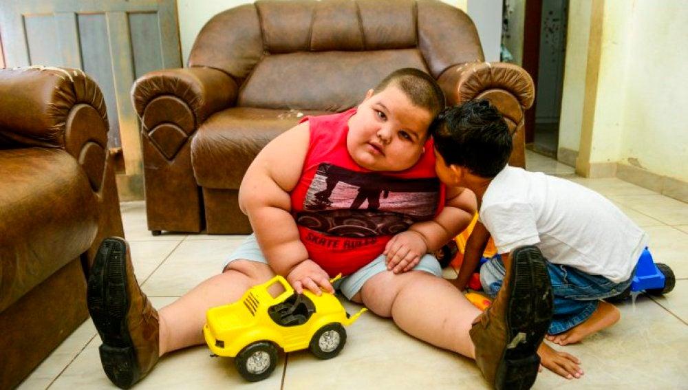Misael juega en casa con un niño