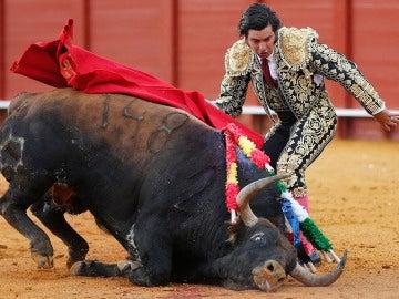 El diestro Morante de la Puebla en el segundo de su lote en la corrida de abono de la Feria de Abril