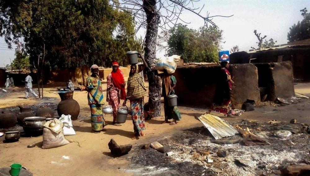 Varias mujeres abandonan un pueblo en Nigeria por el ataque de Boko Haram