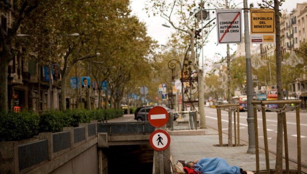 Un hombre duerme en la calle en Barcelona