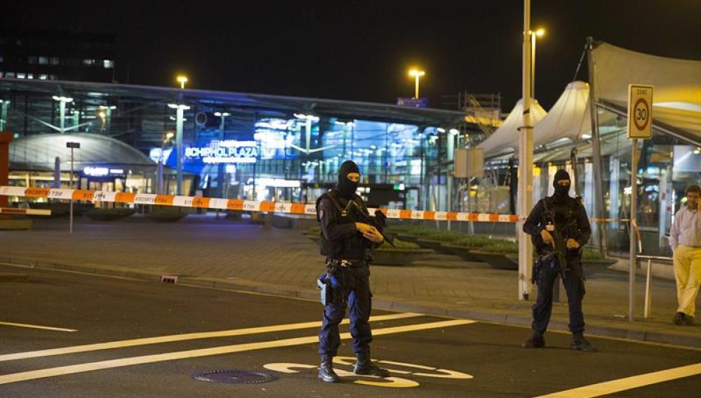 Policía frente al aeropuerto de Amsterdam