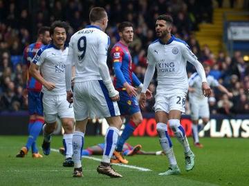Vardy celebra un gol junto a Mahrez
