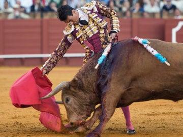 El diestro José María Manzanares con el quinto toro de la tarde, al que le ha cortado una oreja