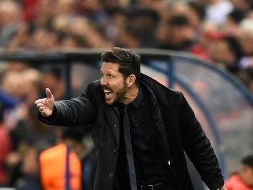 Simeone da indicaciones desde la banda del Calderón