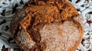 Una hogaza de pan hecha con espelta.