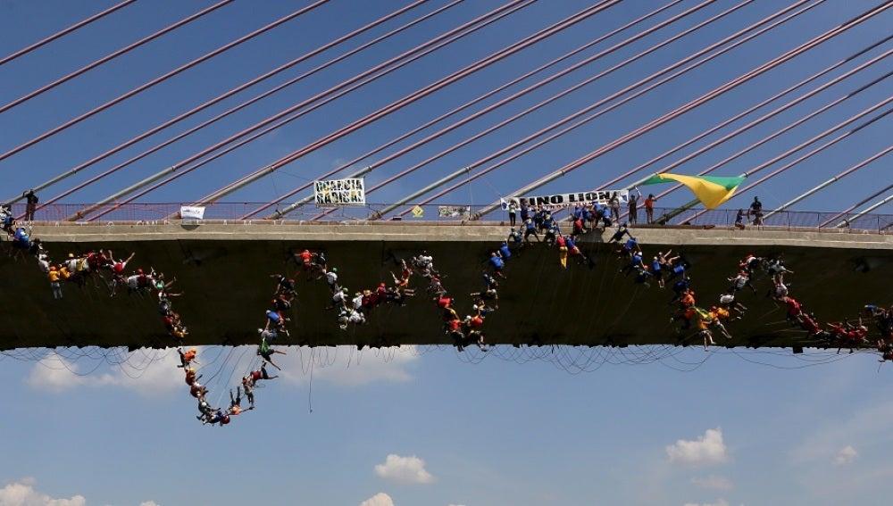Salto colectivo desde un puente en Brasil