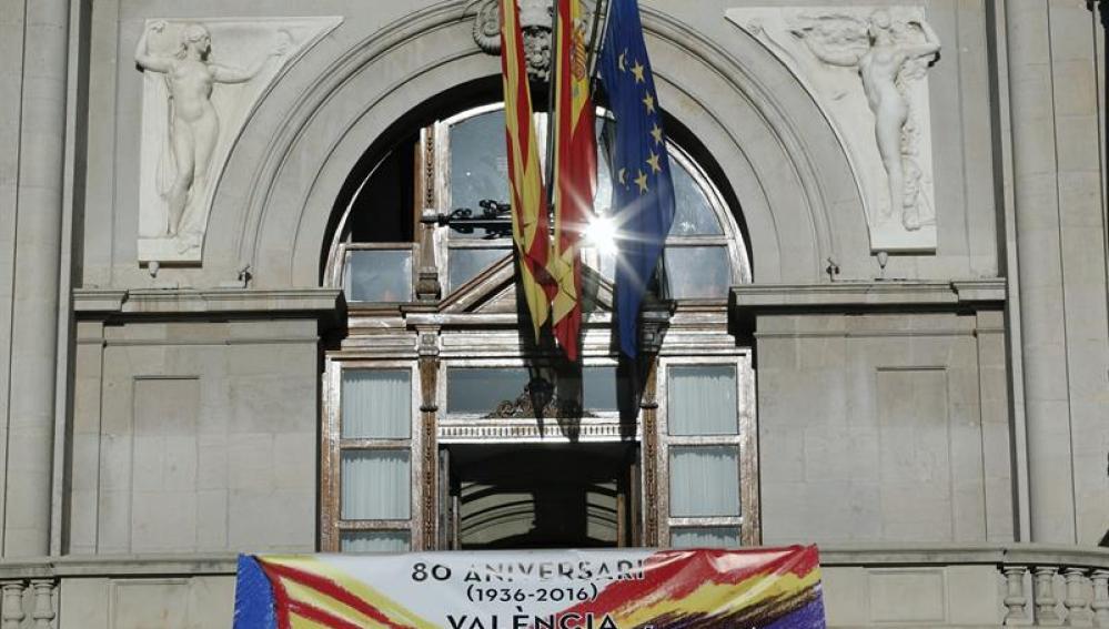 El Ayuntamiento de Valencia amanece con los colores de la República