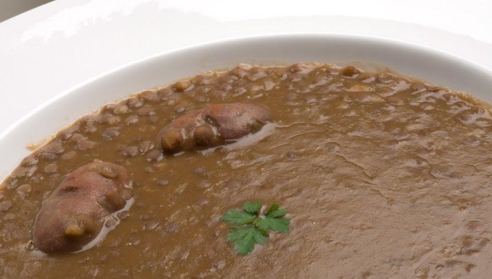 Lentejas con chorijuelos y guindillas en tempura