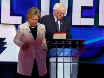 Hillary Clinton y Bernie Sanders durante un debate