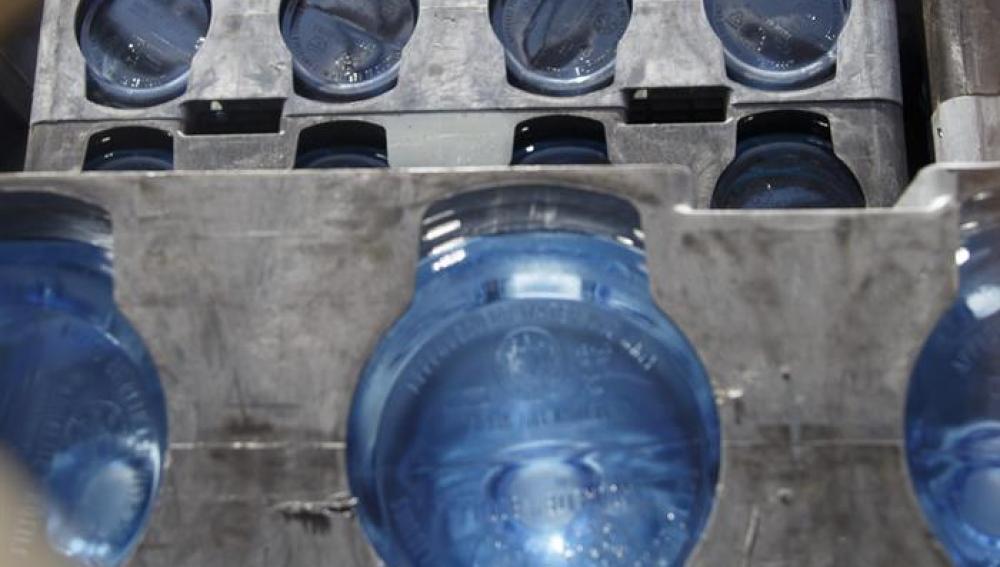 Detalle de un camión cargado con agua embotellada