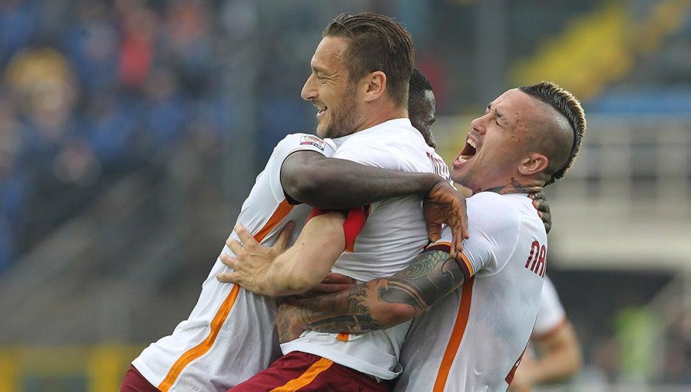 Francesco Totti festeja su gol con la Roma ante el Atalanta