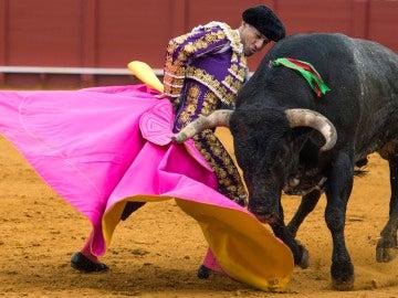 Rafaelillo corta la última oreja a una endeble corrida de Miura