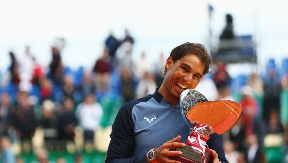 Nadal muerde el trofeo de Montecarlo