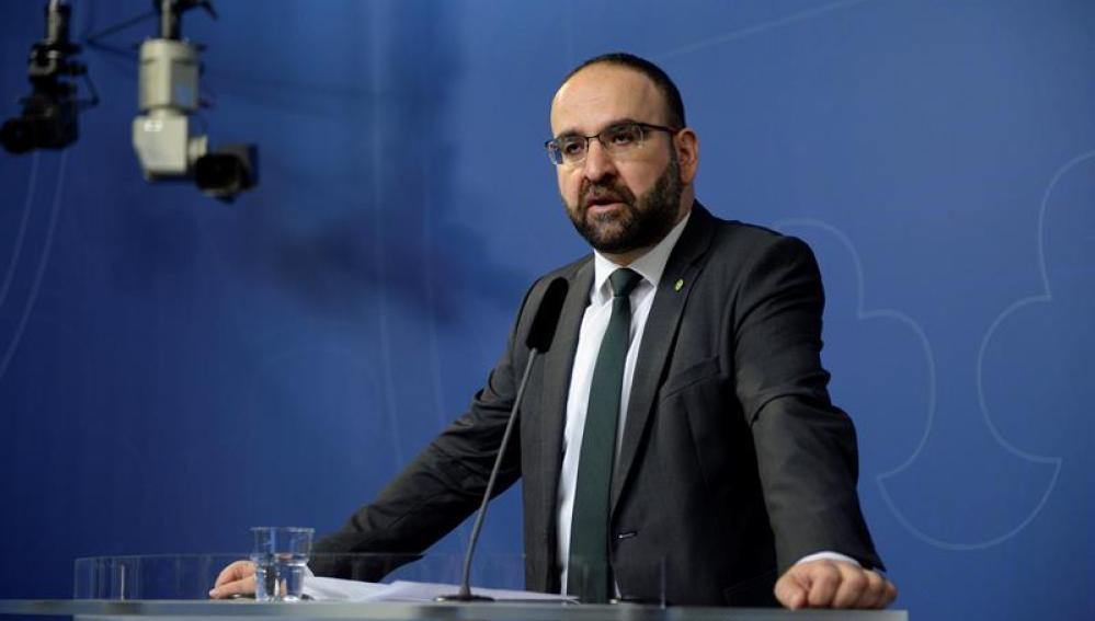 El ministro de Vivienda sueco, el ecologista Mehmet Kaplan, anunciando su dimisión