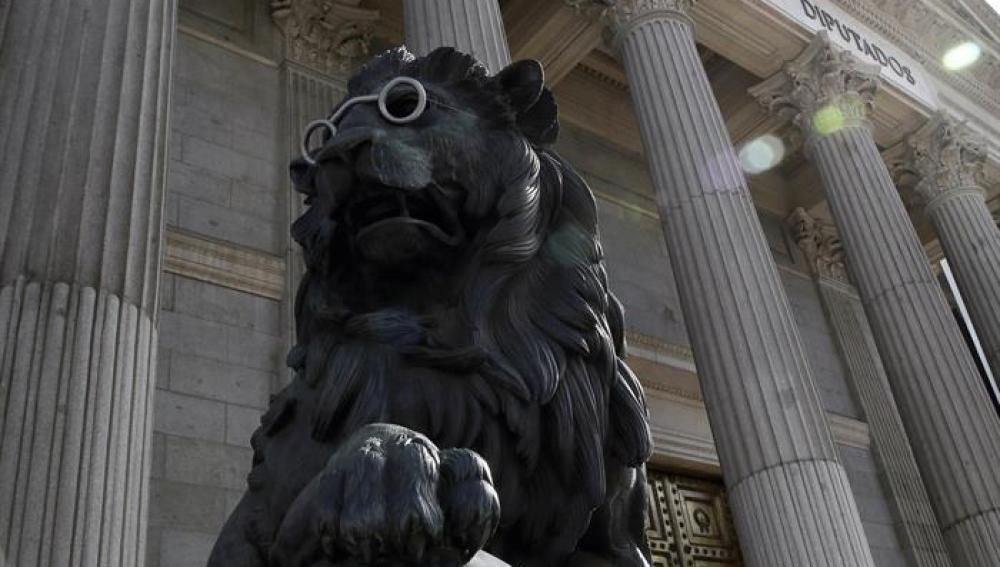 El león del Congreso con gafas en conmemoración a Cervantes