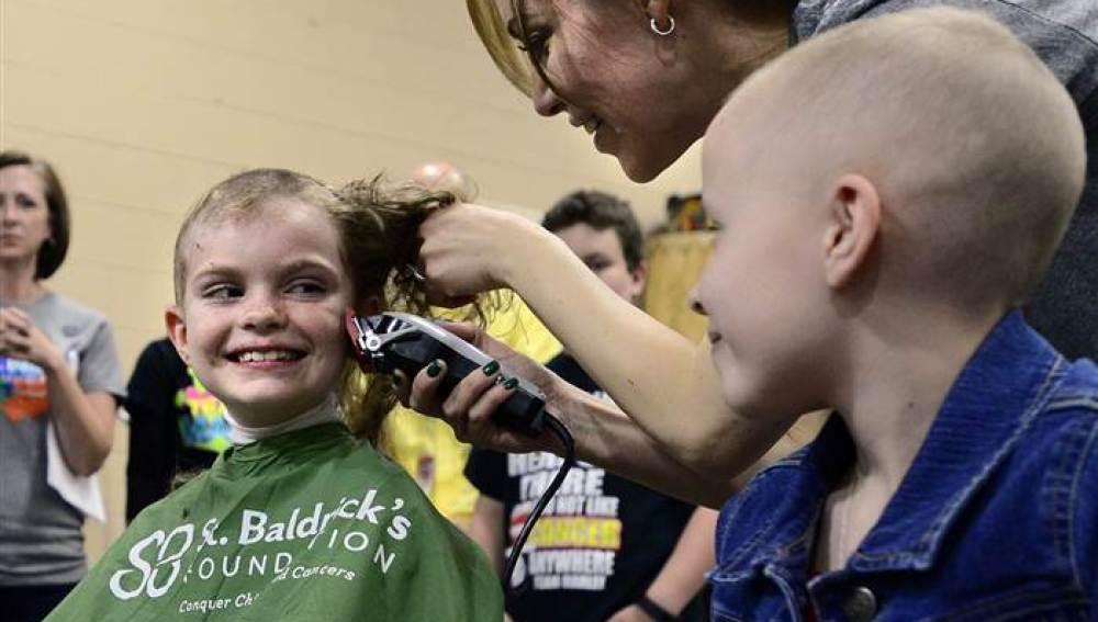 Una niña con cáncer rapándose con el apoyo de sus compañeros