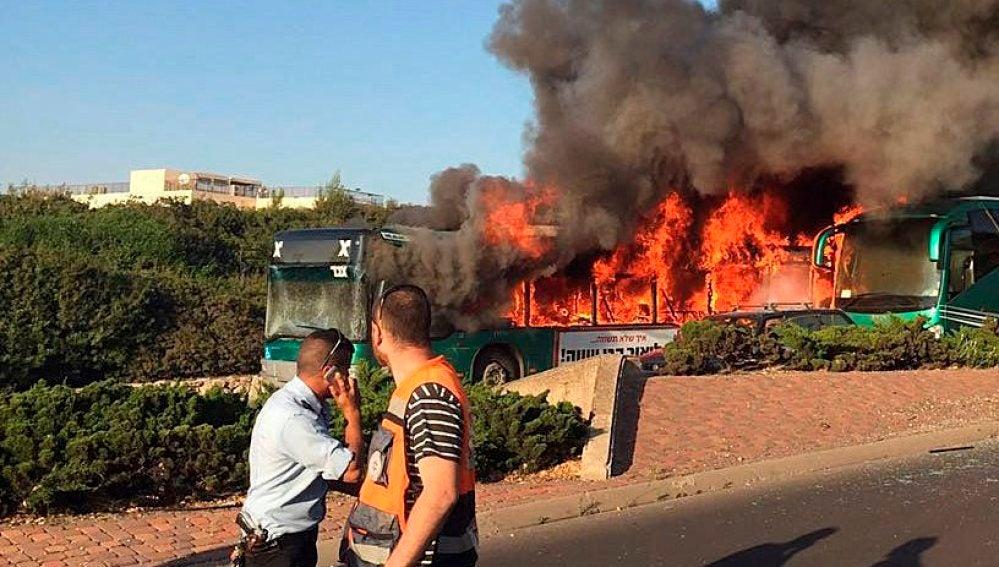 Autobús en llamas tras la explosión en Jerusalén