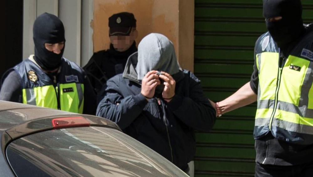 El detenido a la salida del registro de su vivienda