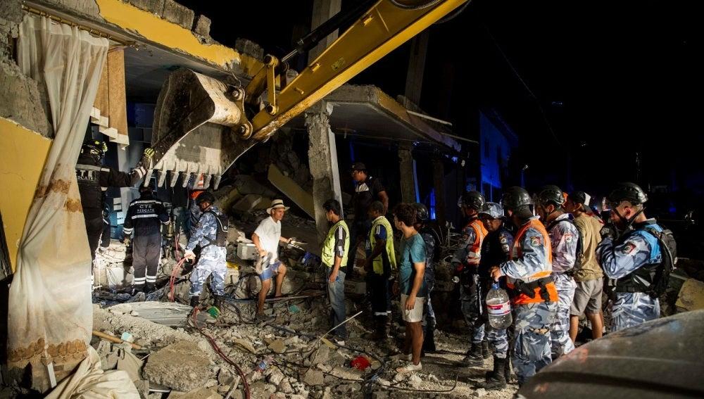 Operarios y voluntarios trabajan en Ecuador