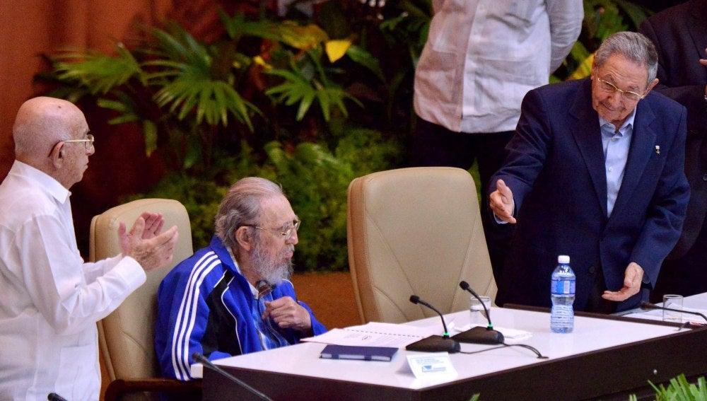 Fidel Castro, aplaudido en la clausura del VII Congreso del Partido Comunista de Cuba