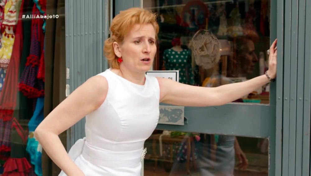 Dolores cae en la tentación y se prueba el vestido de novia de Carmen