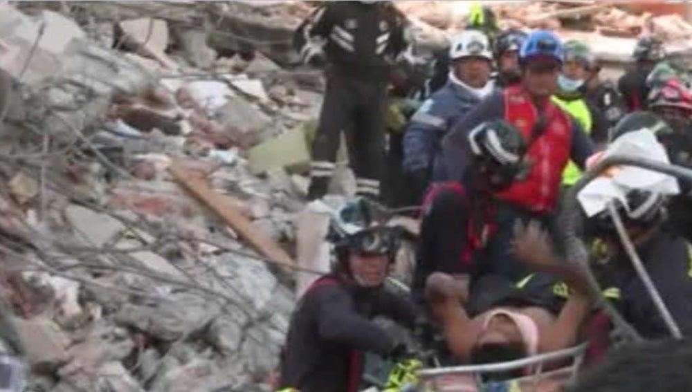 Un hombre rescatado tras el terremoto en Ecuador
