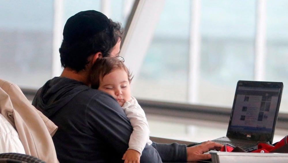 Un padre cuida de su bebé