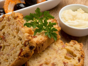 Pan de jamón con queso y aceitunas aliñadas