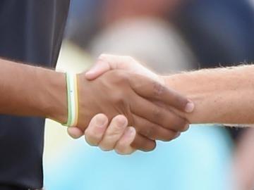 Dos personas se estrechan la mano